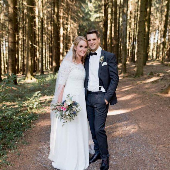 Brautfrisur und Brautmake-up in Sondern